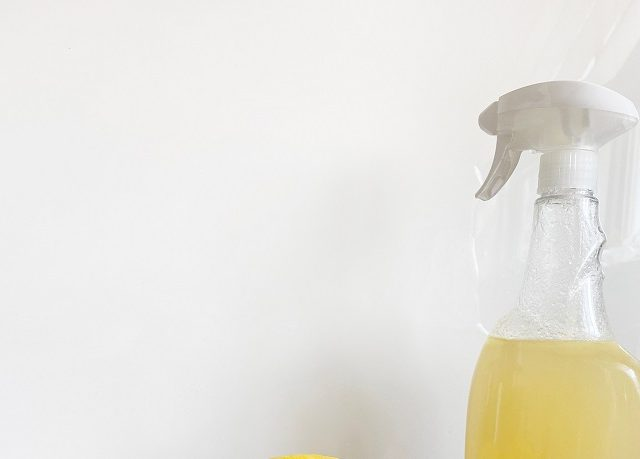 Umývanie okien – ako umyť okná bez šmúh a správne vyprať záclony?